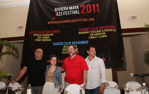 Natalia Lafourcade with organizers